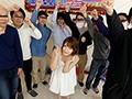 「麻里梨夏がファン感謝祭で騎乗位素股」のサンプル画像1